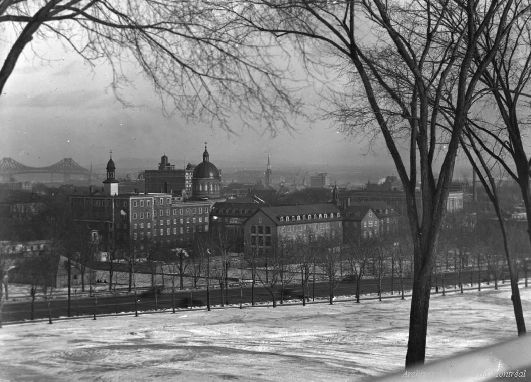 Montréal : vue d'ensemble de l'hôtel-dieu / Edgar Gariépy . - [1930?] CA M001 BM042-Y-1-P0071