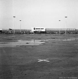 centre d 39 achat place versailles 26 mars 1968 archives de montr al. Black Bedroom Furniture Sets. Home Design Ideas