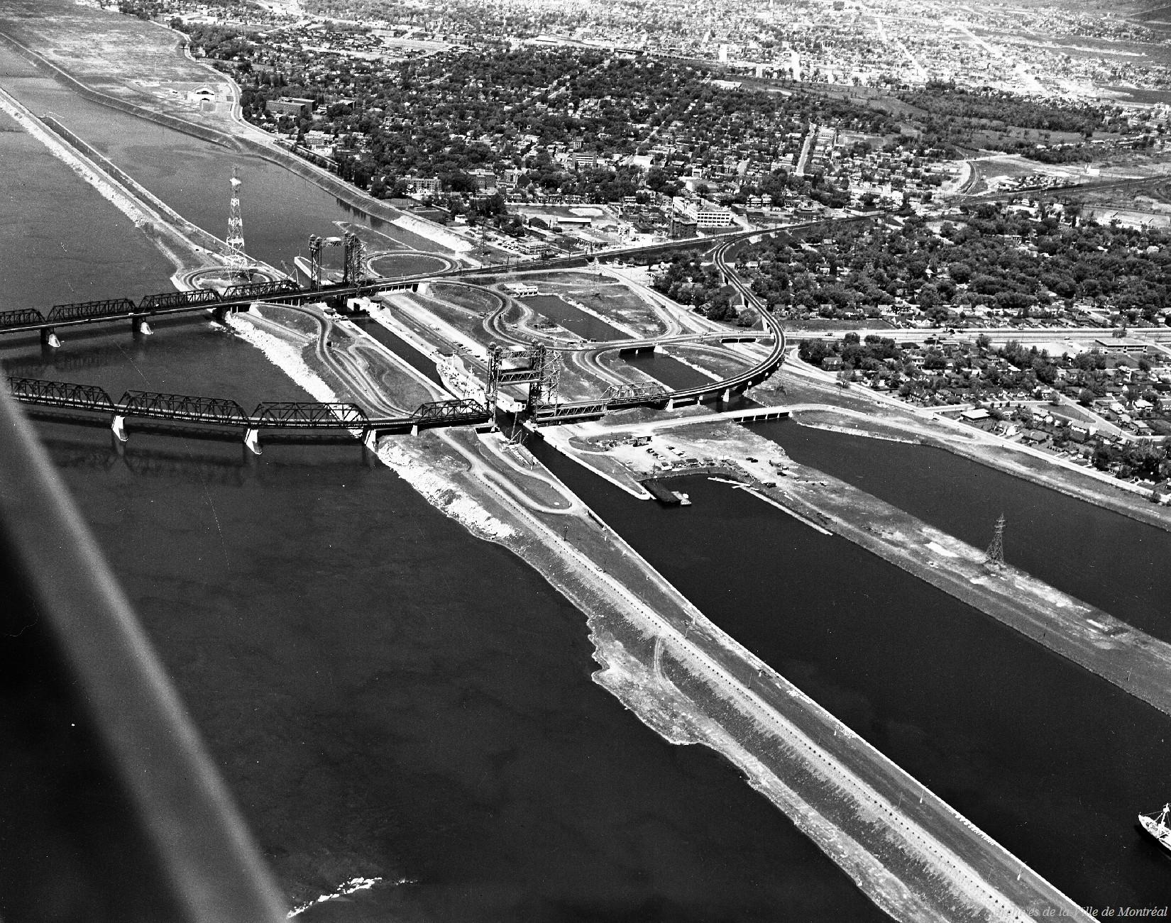 Voie maritime, entrée de la première écluse sous le pont Victoria / Armour Landry . - Juillet 1962 CA M001 VM094-Y-1-02-D006