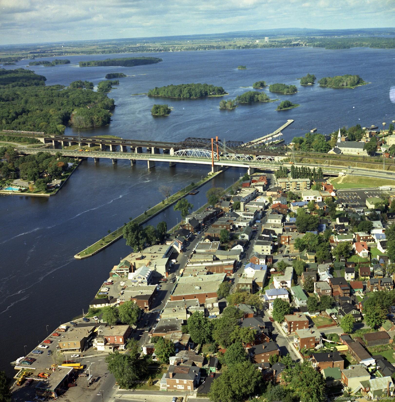 Pont Sainte-Anne-de-Bellevue [Deuxième pont Galipeault] et pont de chemin de fer CP-CN / Rhéal Benny . - 16 septembre 1974, VM94-B135-002