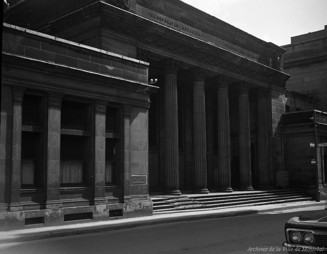 Ancienne Bourse Canadienne, rue Saint-François-Xavier. - 25 août 1966. CA M001 VM094-Y-1-01-D0347