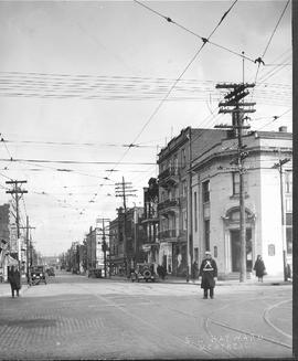 Park Ave looking East on Bernard / S.J. Hayward . - [192-?]