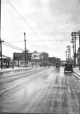 Sherbrooke West looking at Décarie / S.J. Hayward . - [192-?]