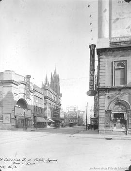 St. Catherine at Phillips Square looking East : After . - 26 mai 1921