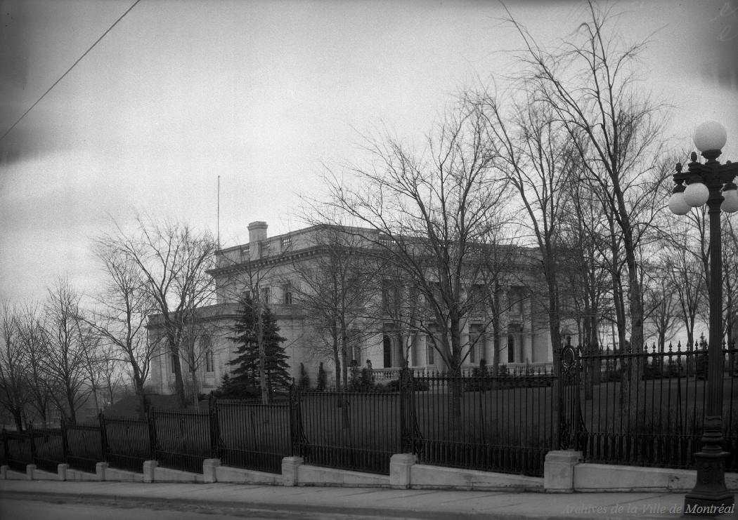 Château Dufresne rue Sherbrooke angle boulevard Pie IX . - 30 mars 1936 CA M001 VM094-Y-1-17-D0059