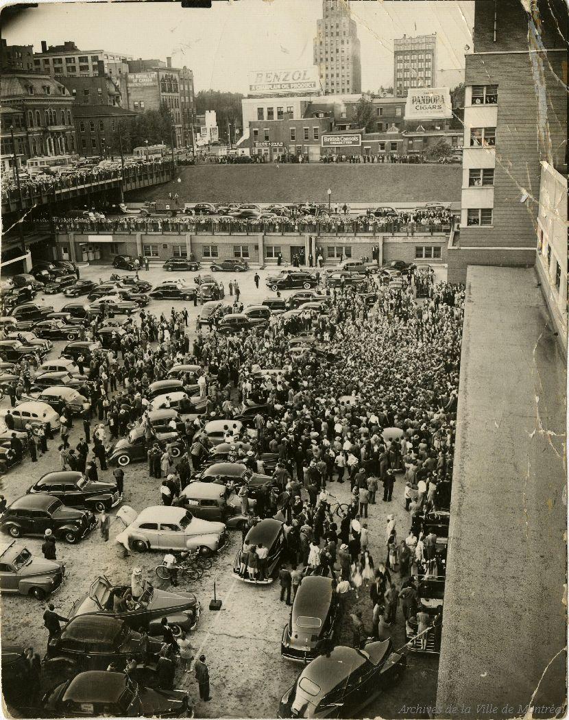 Foule accueillant Camillien Houde à la Gare centrale. - 17 août 1944. CA M001 P146-2-2-D3-P005