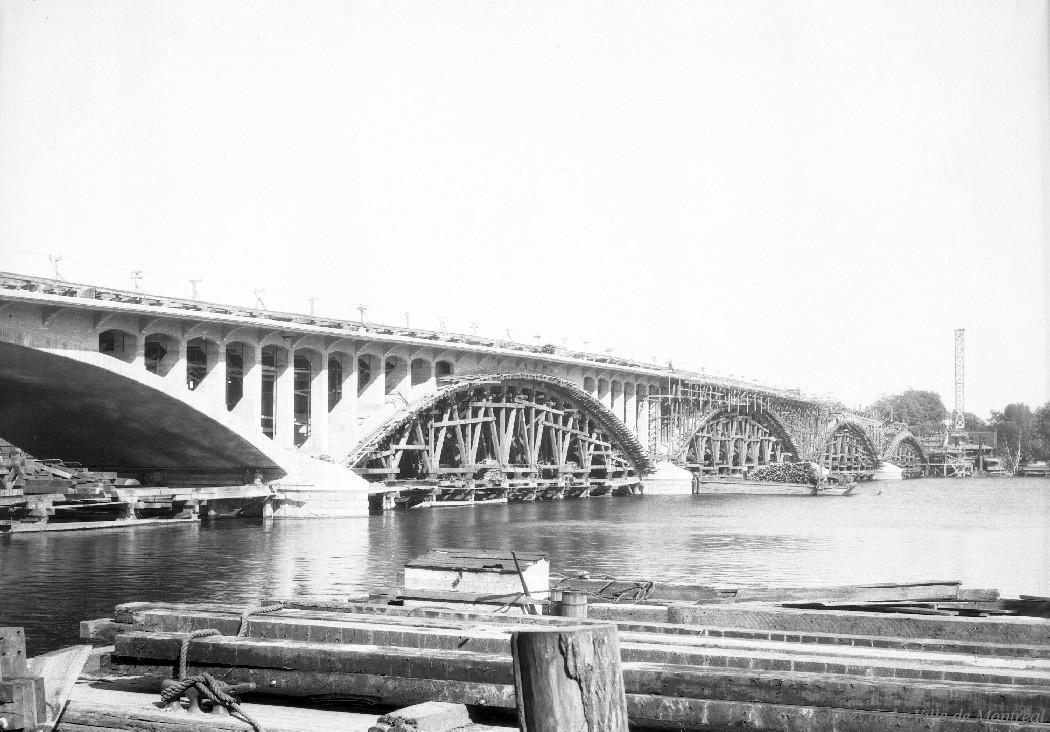 Construction du pont Viau à Ahuntsic . - [192-], CA M001 VM094-Y-1-17-D0447