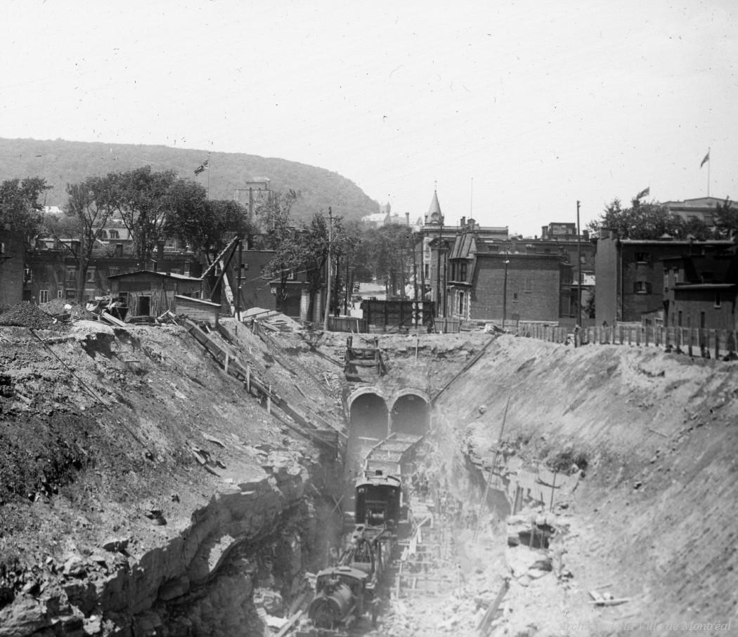 La construction du tunnel sous le Mont-Royal. L'entrée / Edgar Gariépy . - [après juin 1912] CA M001 BM042-Y-1-P1036