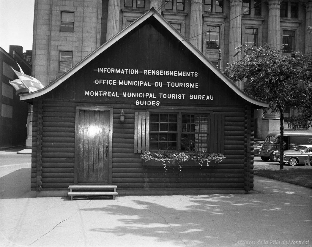 Kiosque de l'Office municipal du tourisme au carré Dominion. - 20 juillet 1961. VM94-A0092-009