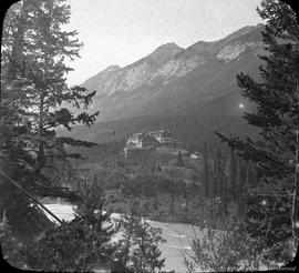 Alberta : Banff Hotel from accross Bow River. - [1913?].